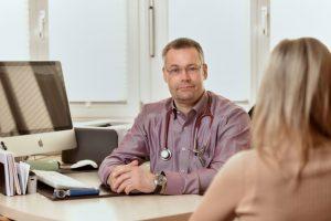Hausarzt Volker Gerlach im PatientengesprA�ch.
